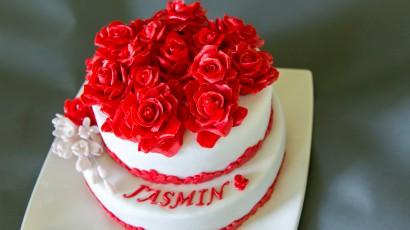 Torte mit roten Rosen